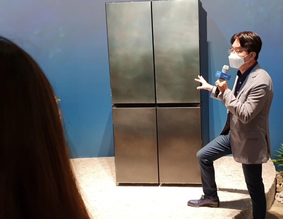 [From the Scene] Italian artisans design Samsung's luxury fridge 'New Chef Collection'