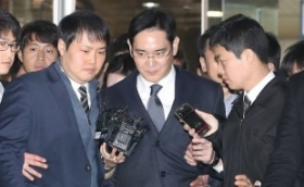 Lee's arrest puts Park under pressure