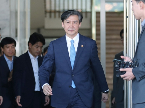 Prosecutors question ex-Justice Minister Cho