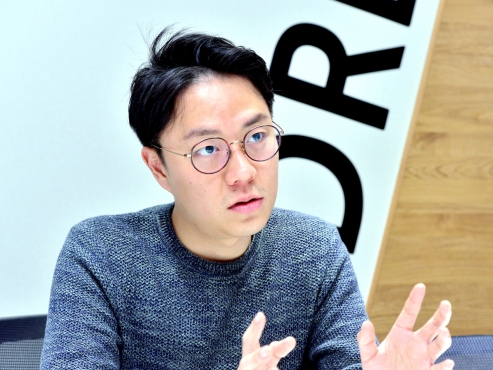 Web-serial writer Lee Nak-joon juggles three jobs