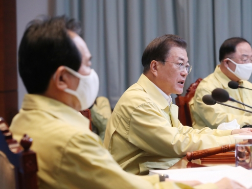 Moon calls for tougher measures to reduce influx of virus from overseas