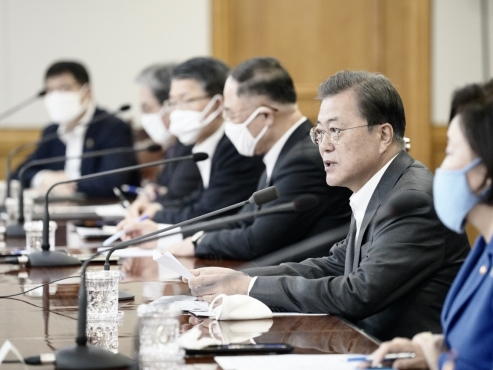 Moon urges finance industry's support for economic measures