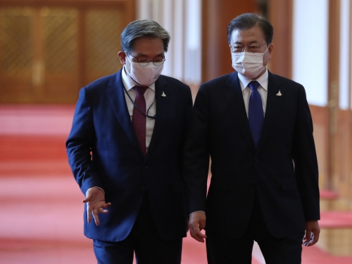 Senior presidential aides offer to resign, but draw ridicule and attacks from opposition