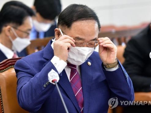 365bet体育备用网 minister considers easing 'large shareholder' standards