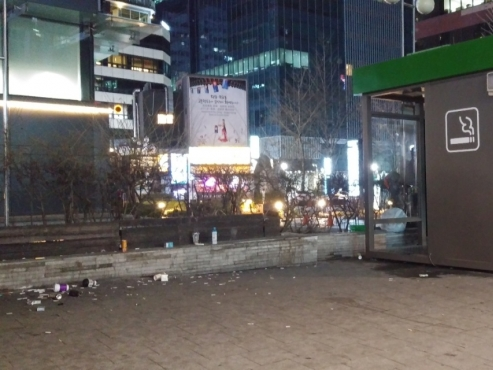 Lack of booths leaves Seoul smokers cornered