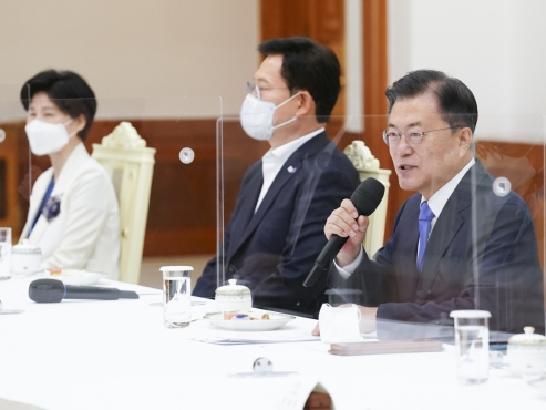 Moon seeks close teamwork with ruling party in his final year in office