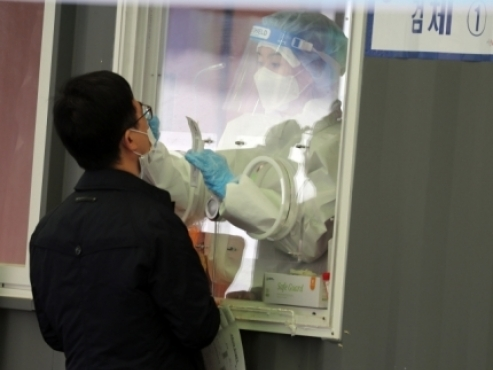 With social distancing rules set to be relaxed, daily coronavirus case count shoots up
