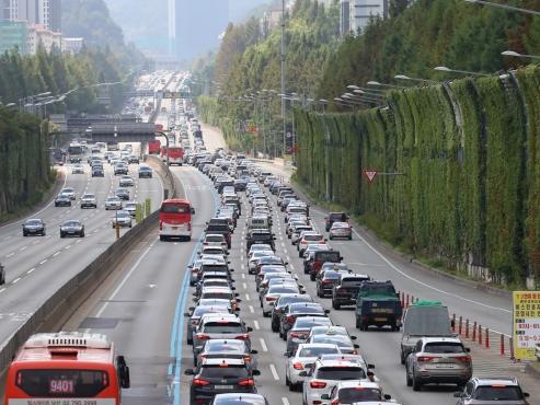 Traffic jam on highways as people return on last day of Chuseok