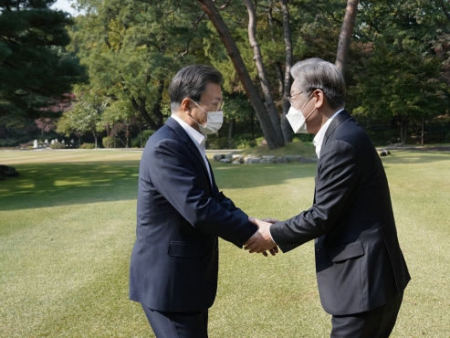 Moon congratulates Lee on candidacy, asks for focus on policies