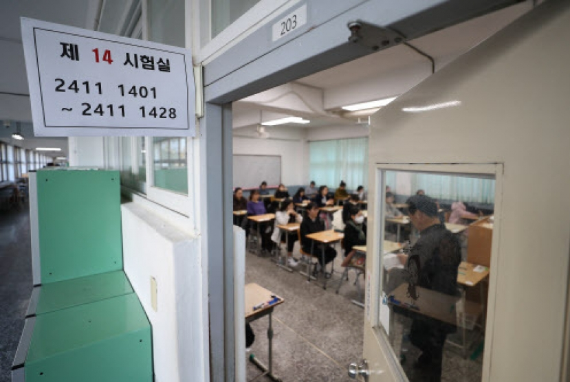 Koreans sit for national college entrance exam