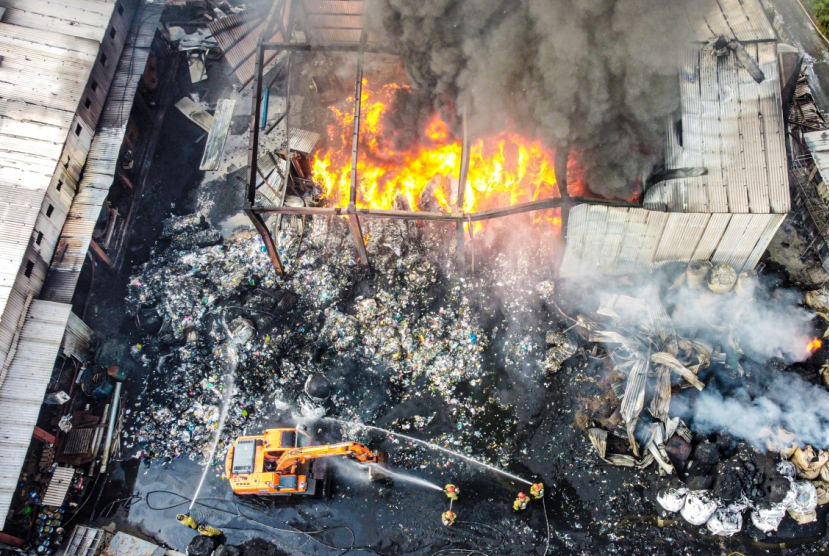 2 killed in fire at waste recycling facility
