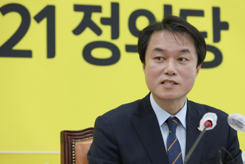 Chief of progressive minor party steps down over sexual harassment allegation