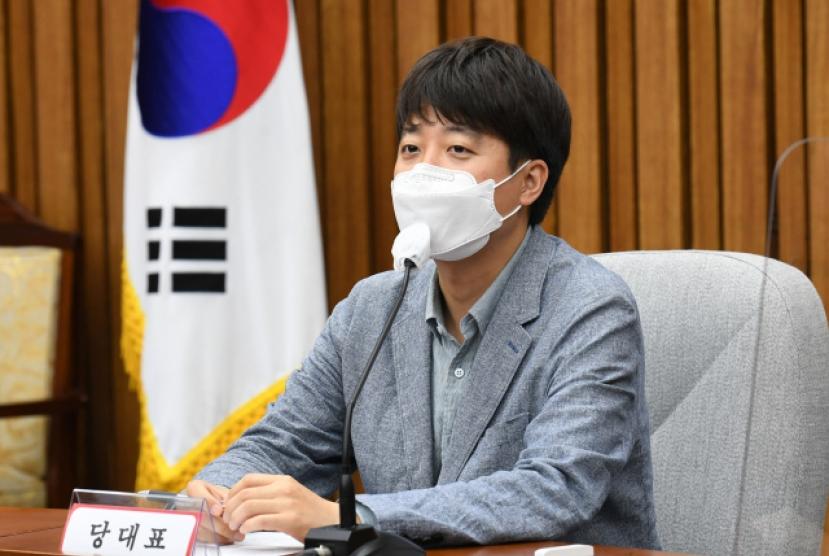 Lee Jun-seok says 'salute the rank, not the man'