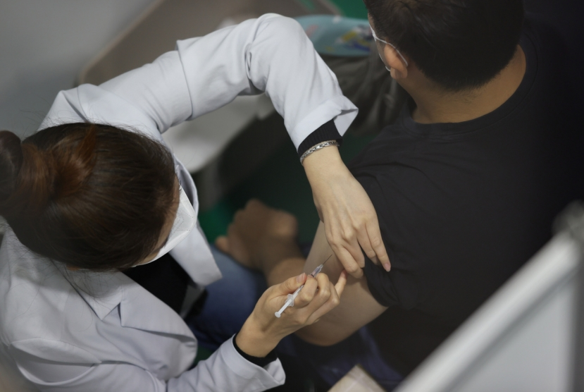 Robust vaccination campaign keeps new infections largely in check
