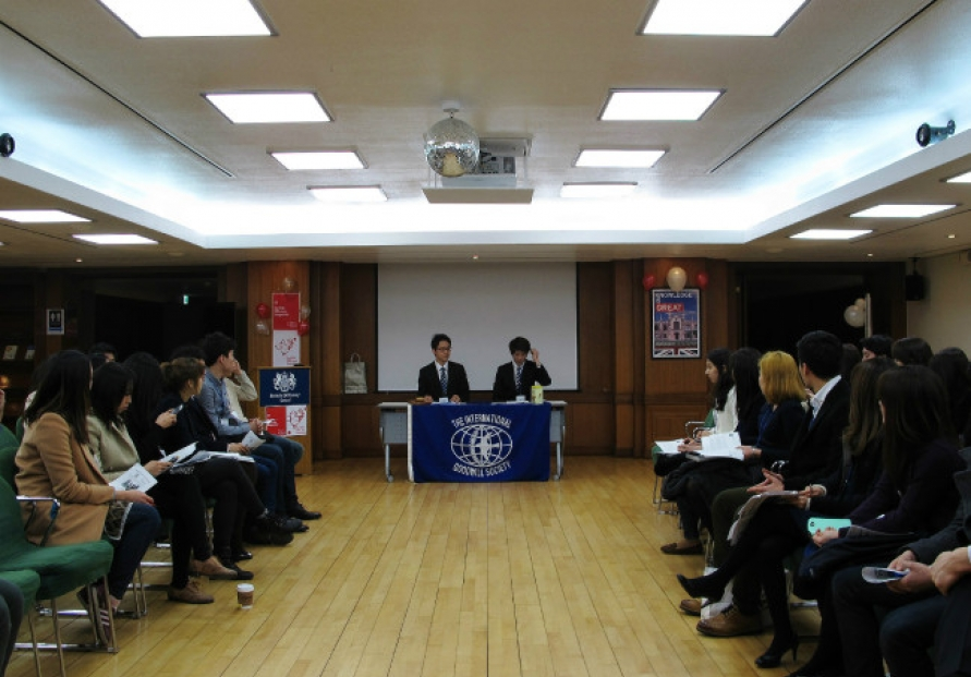 [Eye on English] Students practice English through debate club