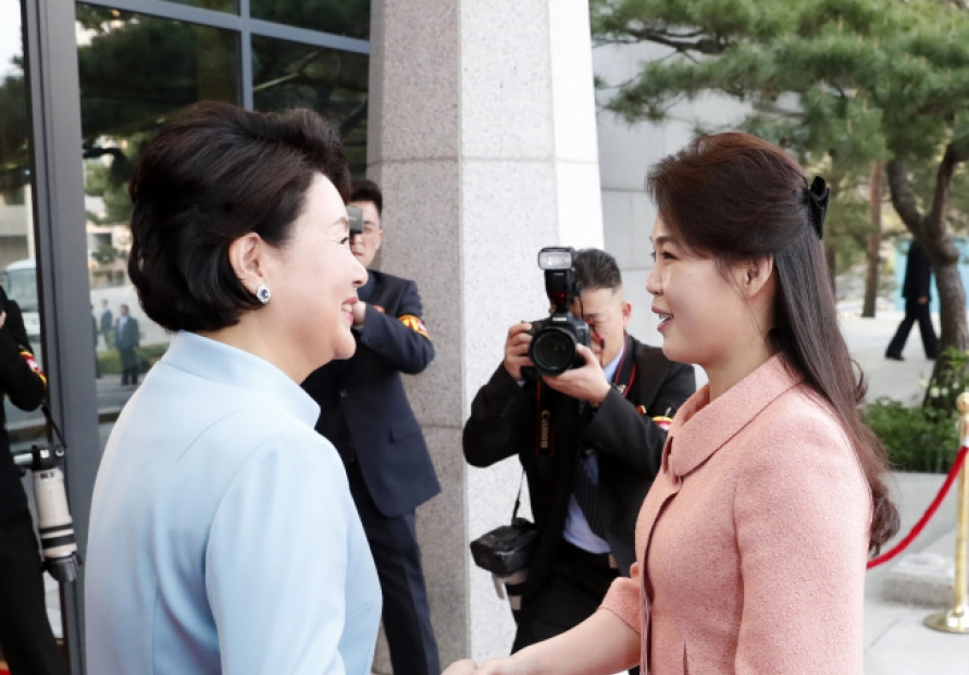 [2018 Inter-Korean summit] NK leader's wife joins Kim Jong-un at banquet
