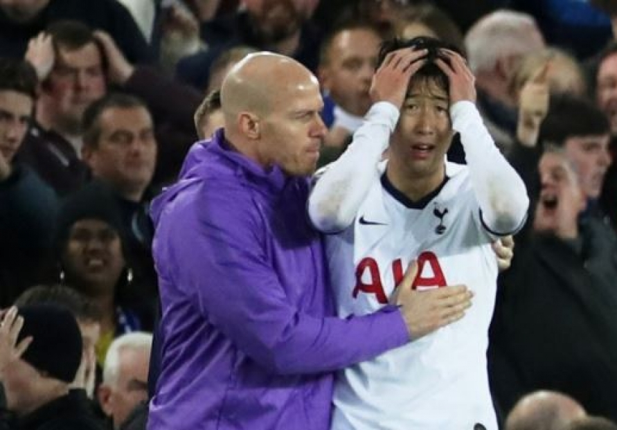 S. Korea nat'l football coach looking to help inconsolable Son Heung-min after injury-causing foul