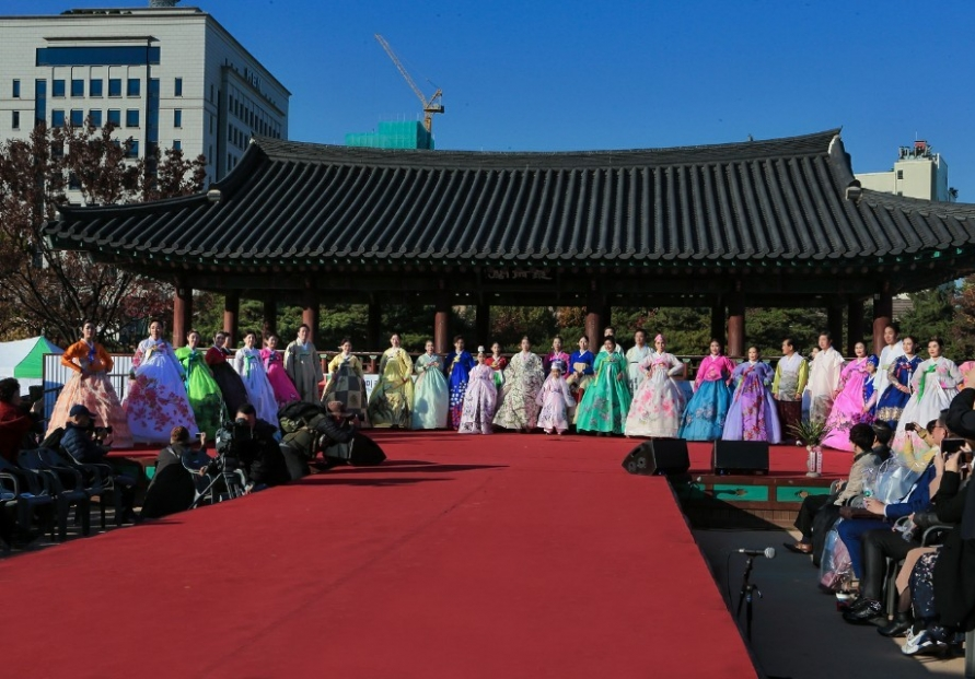 Senior citizen group hosts hanbok fashion show to bring harmony to society
