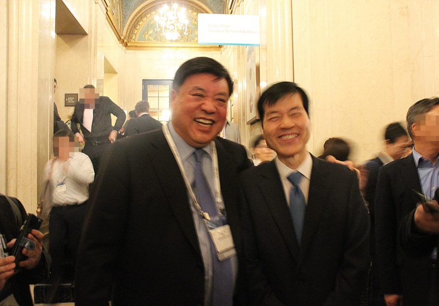 [Photo News] Top Korean biopharma rivals boast friendship