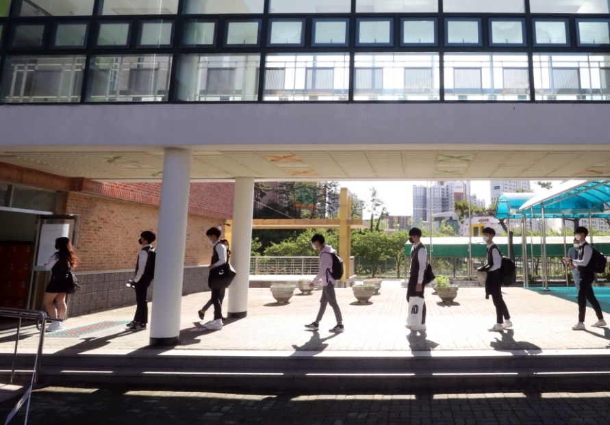 [Photo News] High school seniors first to return to school