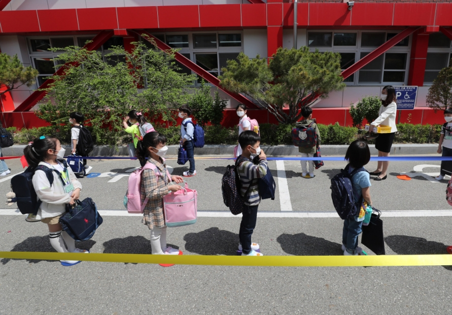 [Photo News] Students return to school amid virus outbreak