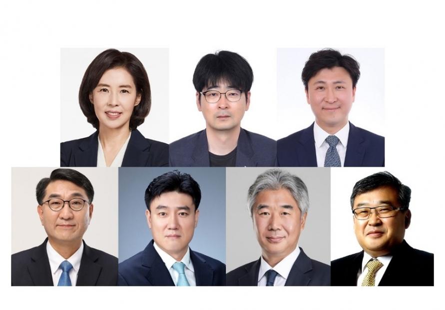Moon replaces seven secretaries at Cheong Wa Dae