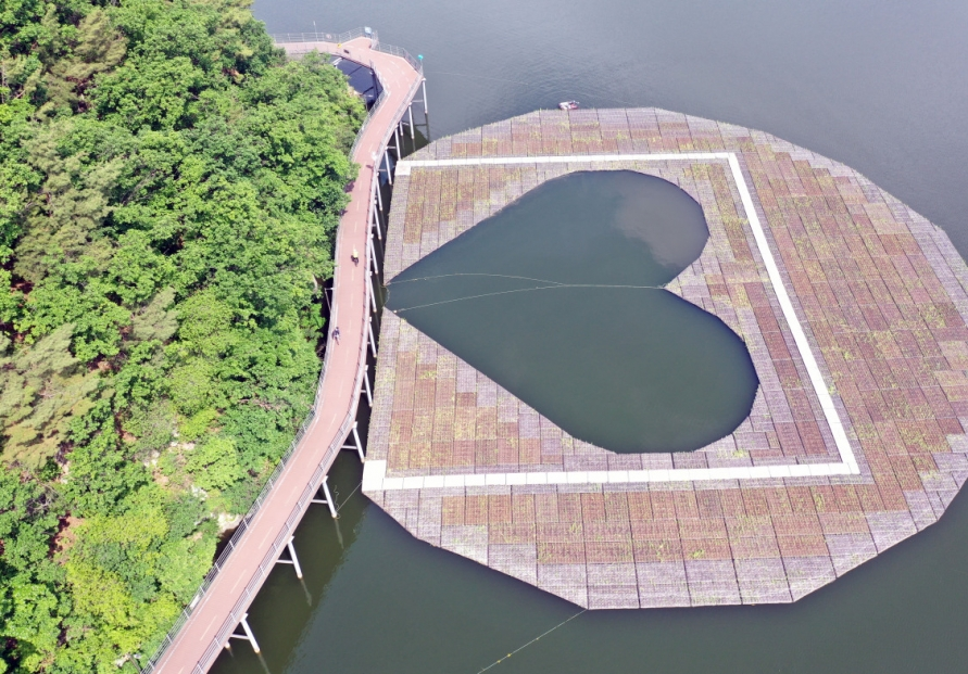 [Photo News] 'Heart-shaped' artificial floating island