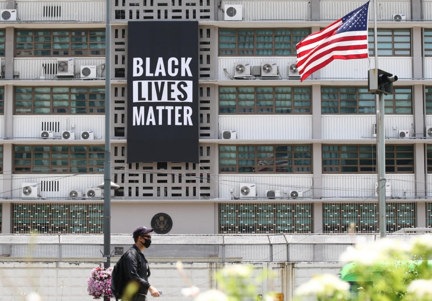 [Newsmaker] Black Lives Matter banner removed from US Embassy building in Seoul