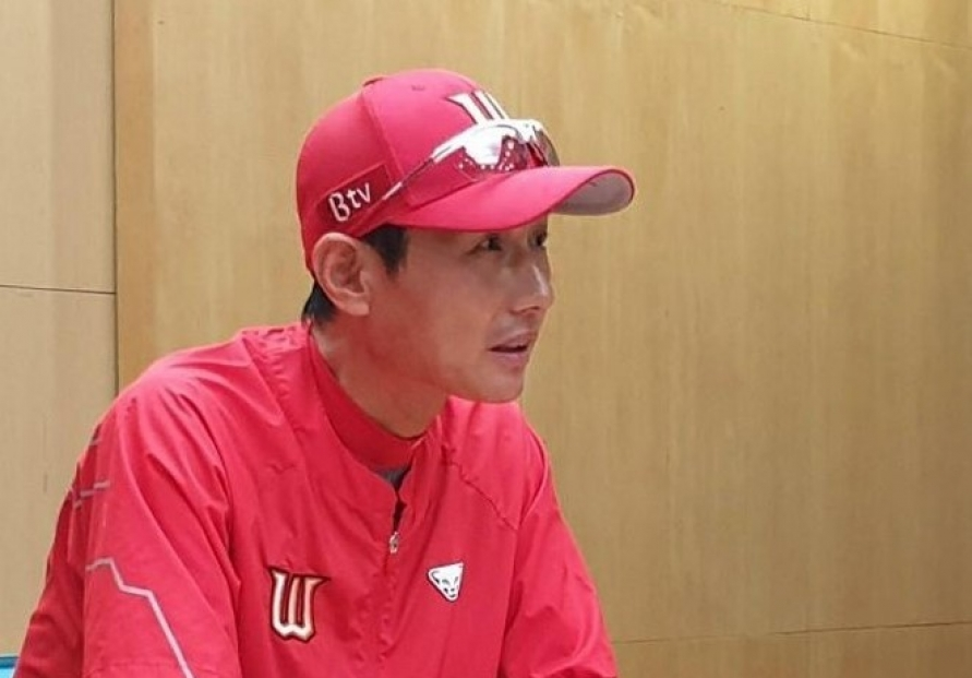 KBO club manager falls unconscious during game, regains consciousness inside ambulance