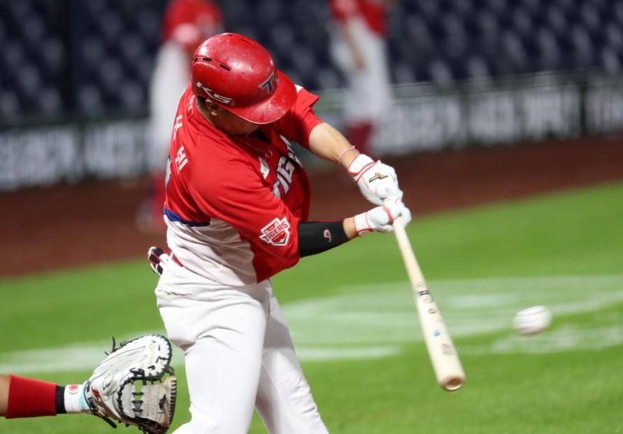 KBO's batting average leader to miss 3 weeks with leg injuries