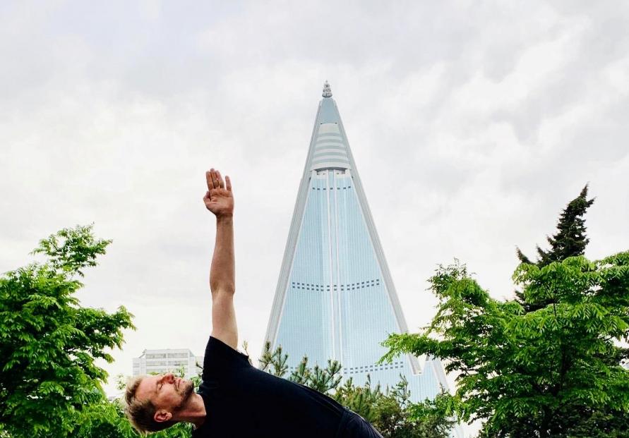 [Photo News] Swedish ambassador practices yoga in Pyongyang