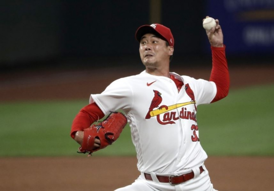 Cardinals' Kim Kwang-hyun walks tightrope for 1st MLB save
