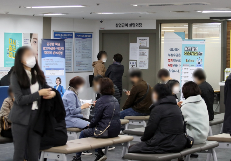 [News Focus] 2020 payouts for jobless likely to reach 12 trillion won