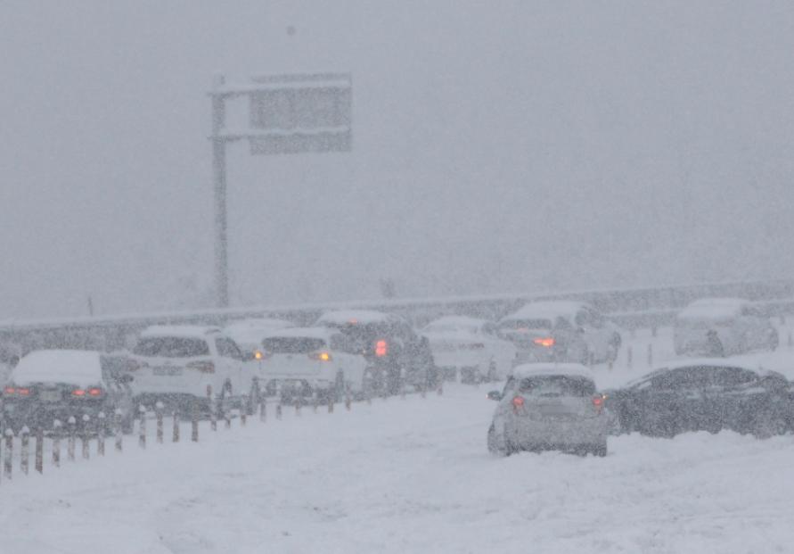 Hundreds of cars trapped on coastal highway amid heavy snow