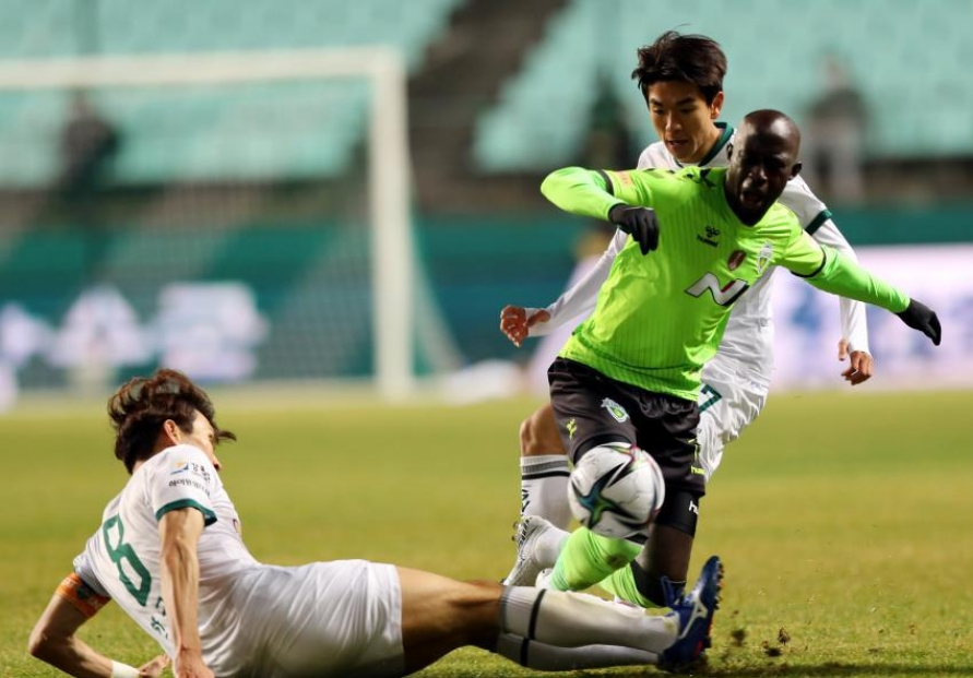 Clubs caught up in signing controversy set for clash as K League season resumes