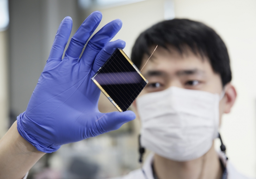 [Photo News] Korea sets yet another world record in perovskite solar cell