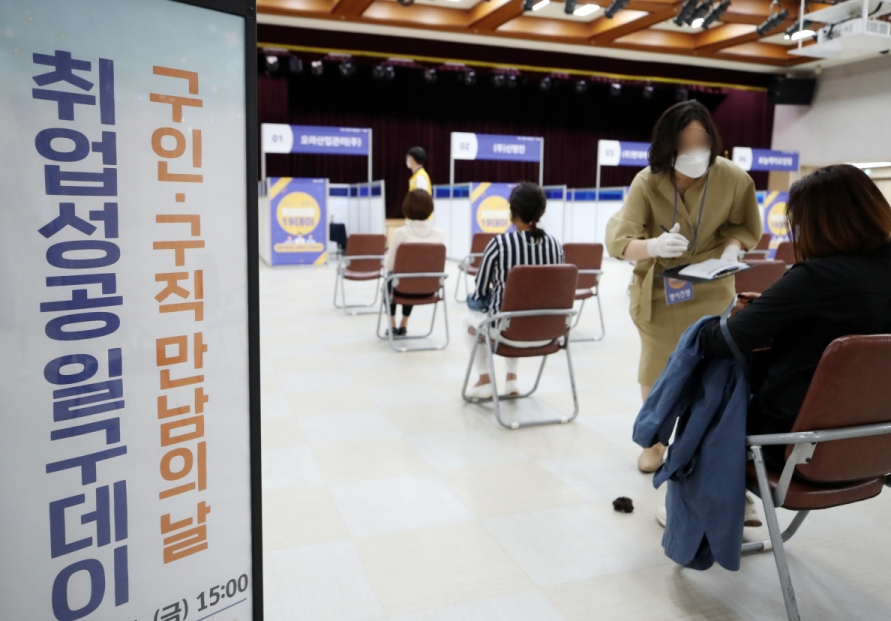 [News Focus] Korea lags behind in employment for people aged 25-54