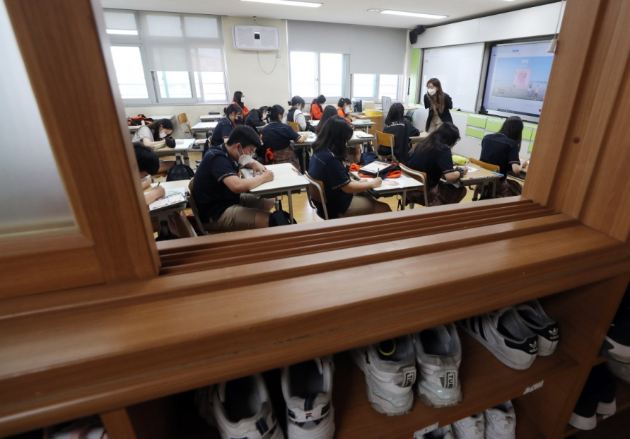 [Newsmaker] In-person attendance at middle schools in greater Seoul to increase ahead of full reopening