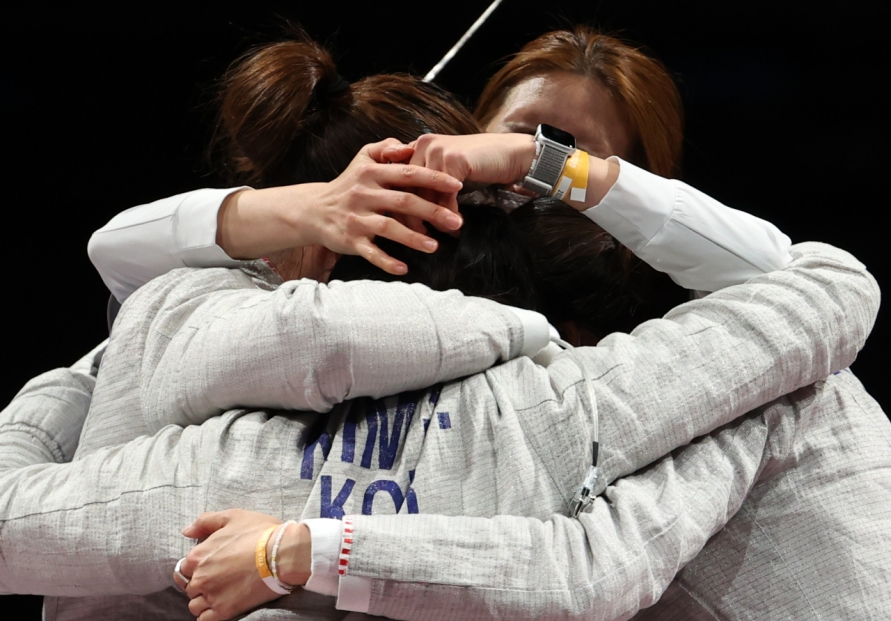 [Tokyo Olympics] Moon congratulates women's sabre fencers on Olympic medal
