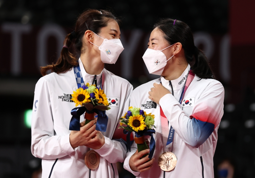 [Tokyo Olympics] Mixed feelings as S. Korean shuttlers celebrate victory over teammates