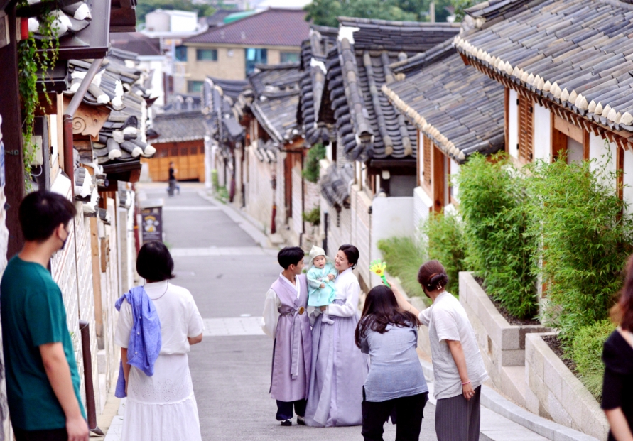Alleys that connect Korea's past and present