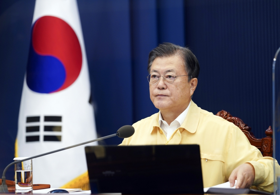 Moon urges all-out govt. efforts to contain coronavirus infections