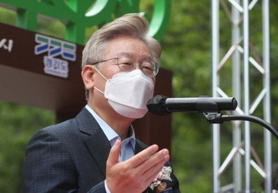 Gyeonggi Gov. Lee retakes lead over ex-prosecutor general