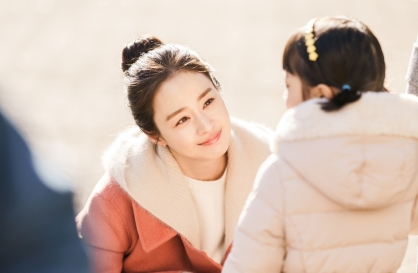 Kim Tae-hee returns to small screen as ghost mom in 'Hi Bye, Mama!'