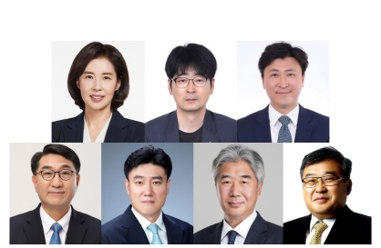 Moon replaces seven secretaries at Cheong Wa Dae