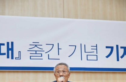 Hwang Sok-yong hopes to revive discontinued Lotus Prize rather than win Nobel liberature prize