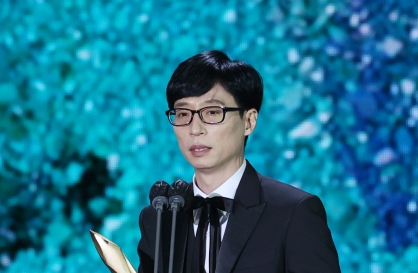 Comedian Yoo Jae-suk, film director Lee Joon-ik win top prize at Baeksang Arts Awards