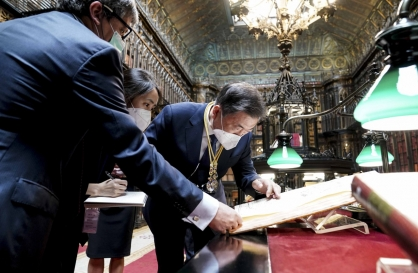 Moon says ancient map in Spain shows Dokdo as part of Korean territory