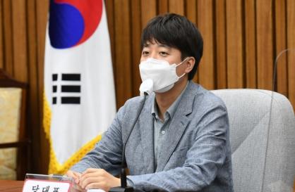 [Newsmaker] Lee Jun-seok says 'salute the rank, not the man'