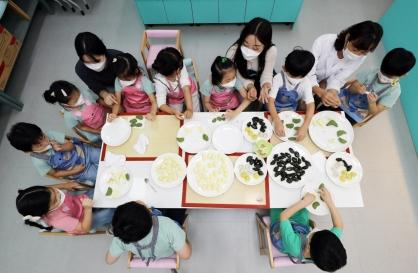 Children make 'songpyeon' for Chuseok